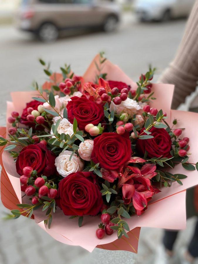 Пионовидные розы и гиперикум