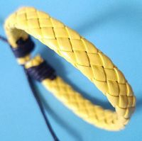 Кожаный плетеный браслет желтого цвета