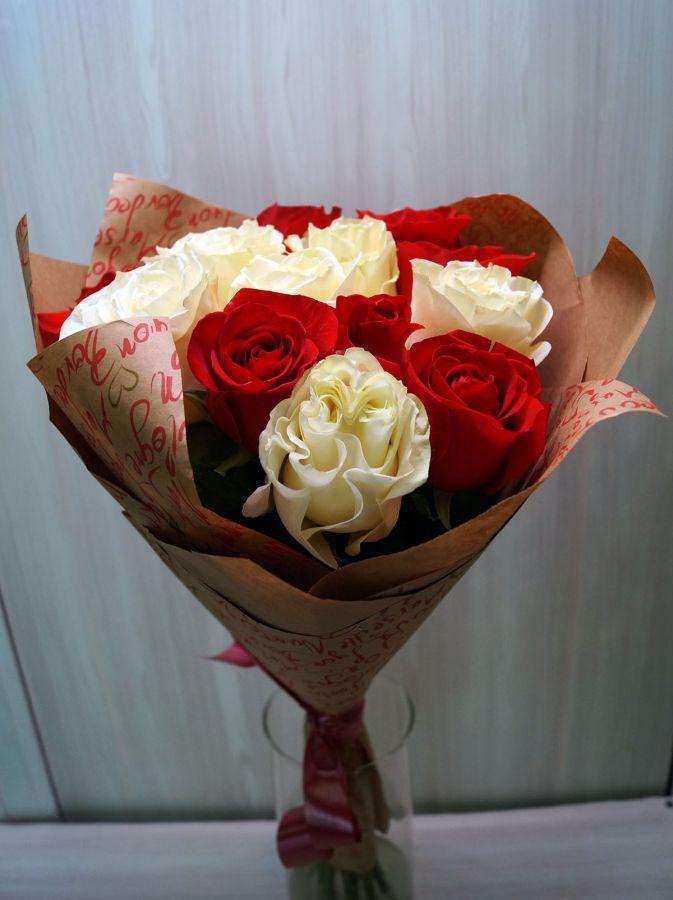 11 Красных и белых роз (60 см)