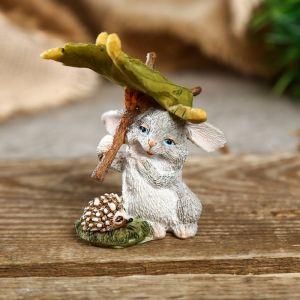 """Сувенир полистоун миниатюра """"Зайчишка с ёжиком под листом"""" 7,5х5,5х6,5 см   4128479"""