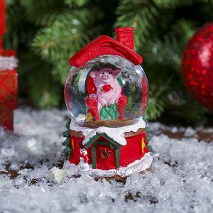 """Сувенир полистоун водяной шар """"Поросёнок в кресле. Новогодние каникулы"""" d=4,5 см   3572023"""