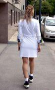 белое приталенное спортивное платье