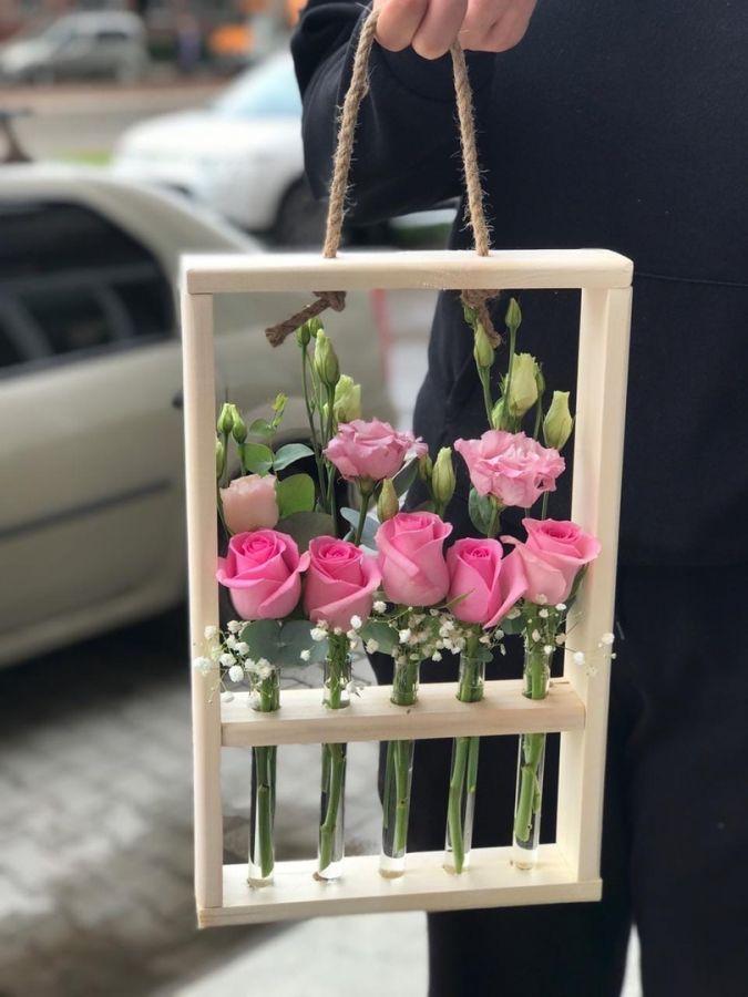 Подвесная ваза с розами и эустомой
