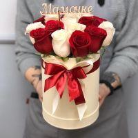 """17 роз в шляпной коробке с топпером """"Мамочке"""""""