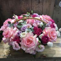 Корзина с розой Эсперанца,  кустовыми розами и эустомой