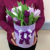 25 бело-сиреневых тюльпанов в шляпной коробке