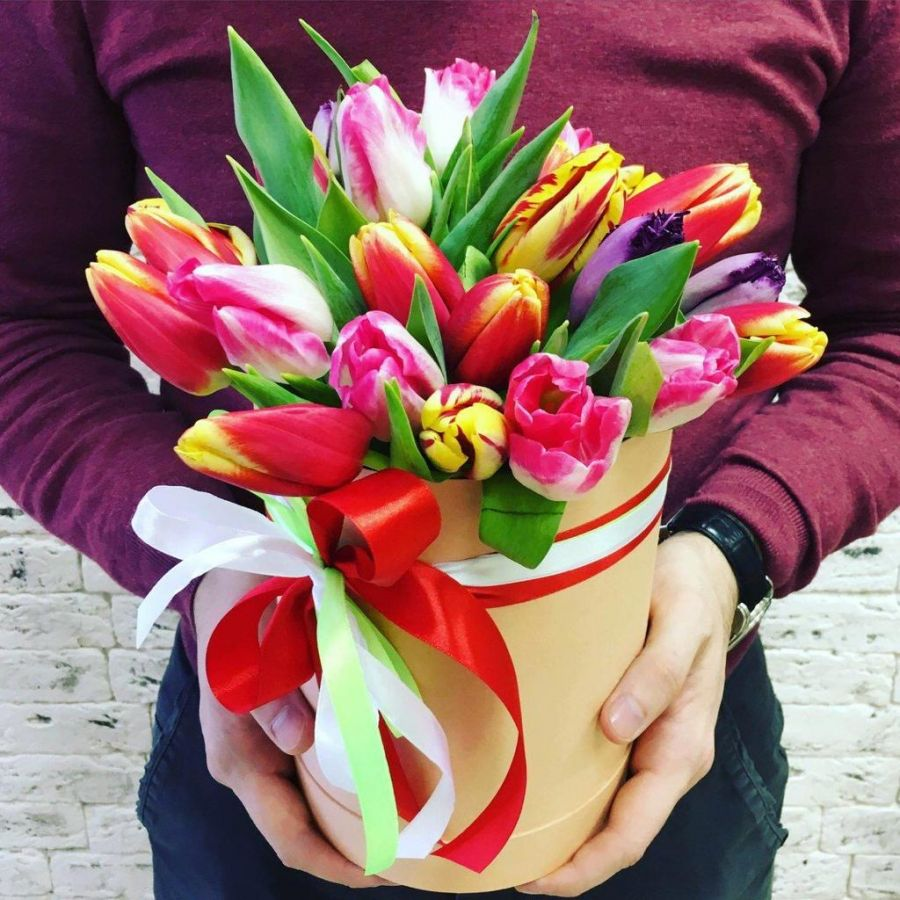 25 тюльпанов микс в шляпной коробке