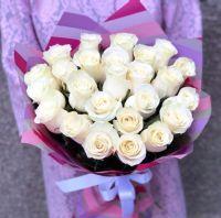 25 белых роз 60 см в упаковке