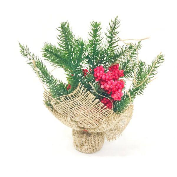 Новогодняя икебана из ели и ягод, с крупными гроздьями рябины.