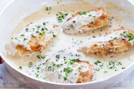 Куриные грудки,  с сыром под сливочным соусом