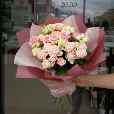 Букет из кустовой розы и лизиантуса