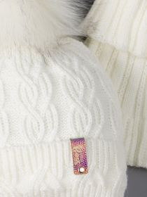 РБ 00-0022268 Шапка вязаная для девочки с помпоном на завязках, нашивка baby boss + манишка, молочный