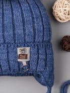 РБ 00-0023398 Шапка вязаная для мальчика с помпоном на завязках, значок мишка, синий