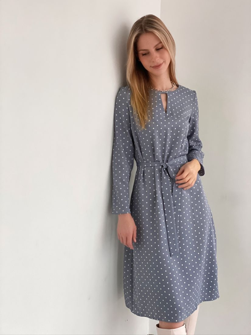s3068 Платье с фигурным вырезом серое в горох