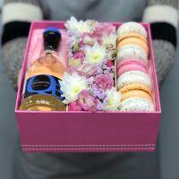 Коробочка с макаронс, вином и цветами