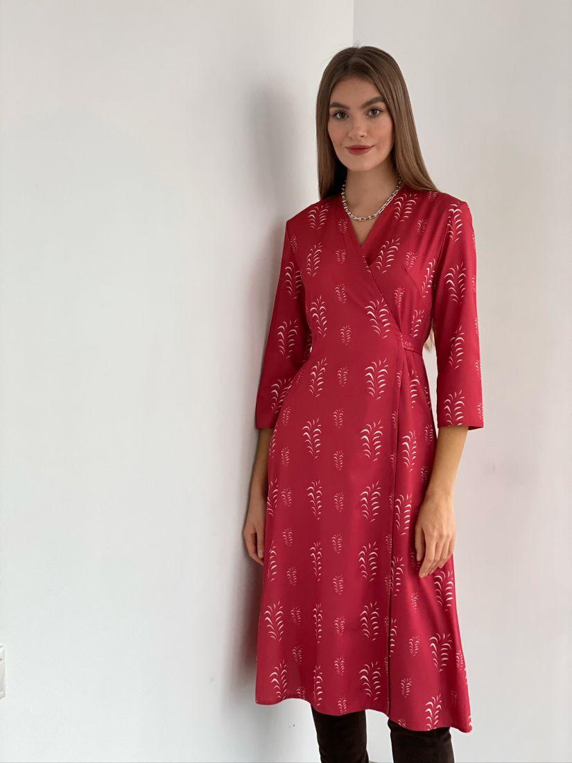 s3097 Платье с запахом красное с веточками