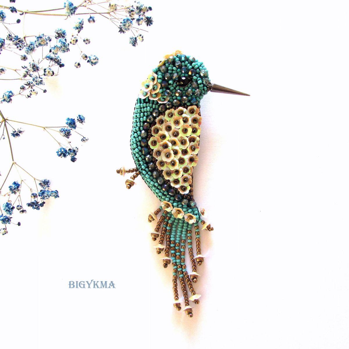 Брошь Птичка «Amore» бирюзовая из бисера, хрустальных бусин и пайеток.