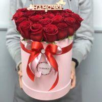 25 роз в шляпной коробке с топпером