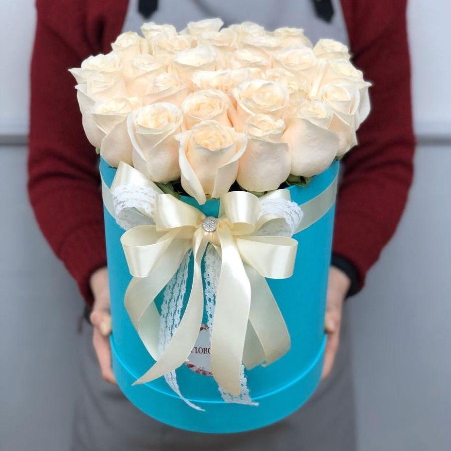 25 белых роз в бирюзовой шляпной коробке