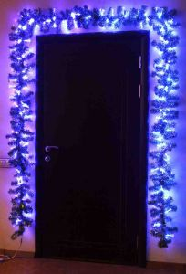Хвойная гирлянда металлизированная зеленая, с фибро-гирляндой синего цвета