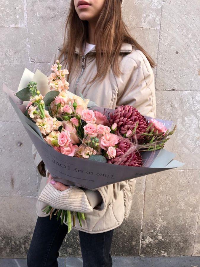 Букет с матиолой и хризантемой