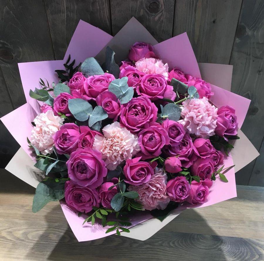 Букет из пионовидных роз и гвоздик