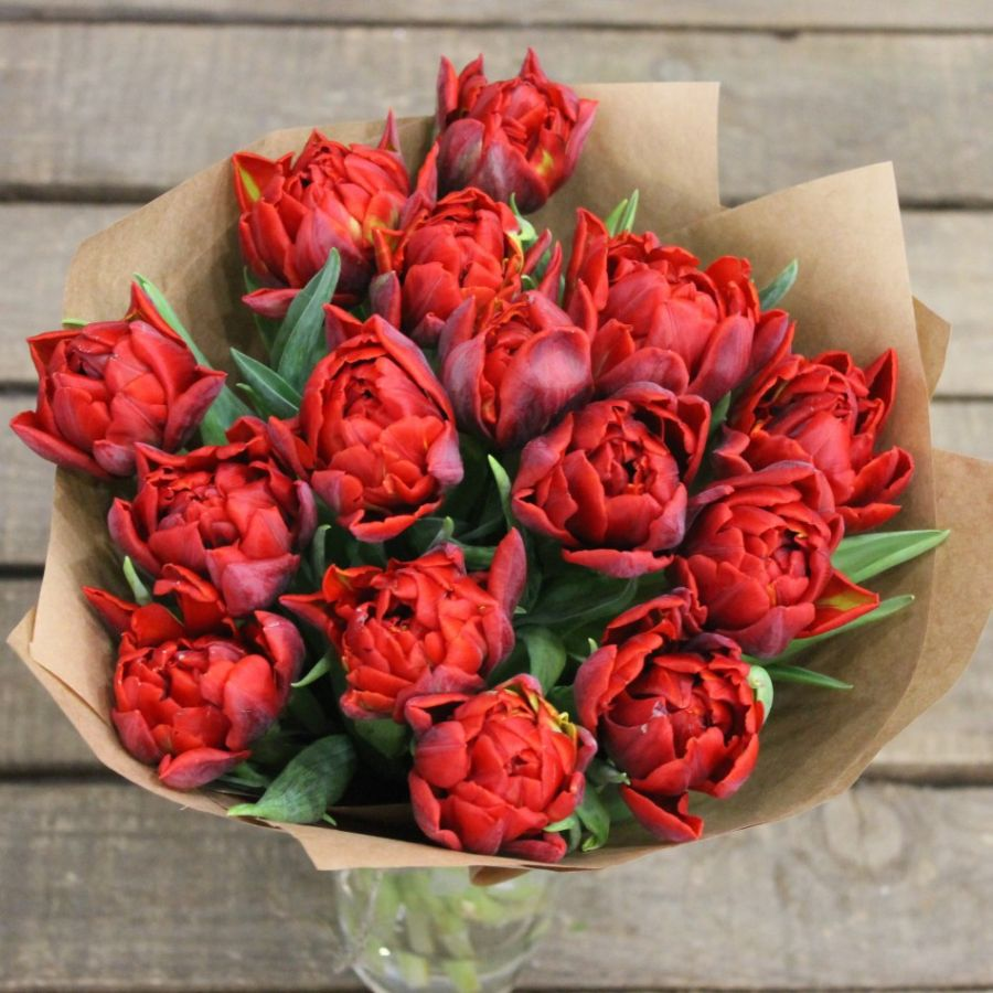 15 пионовидных тюльпанов в крафт бумаге