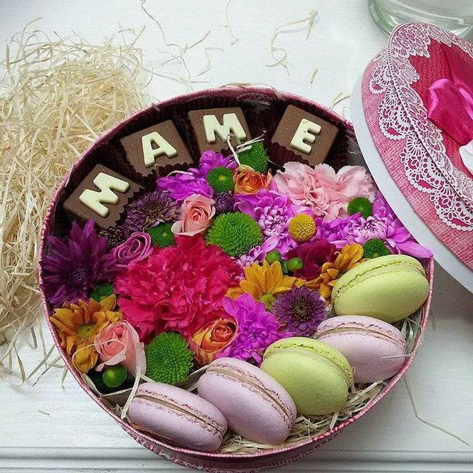 Коробочка с макаронс и шоколадными буквами №8