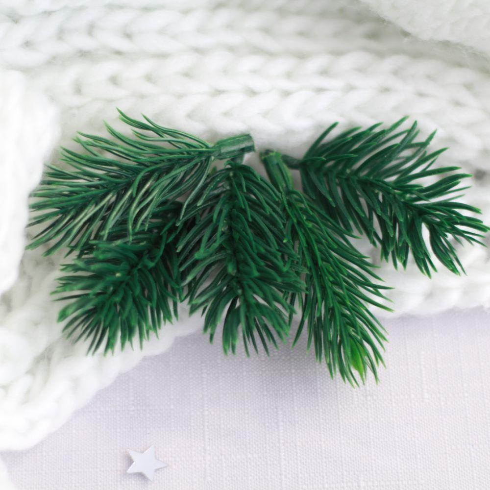 Еловые веточки пластиковые 6 см