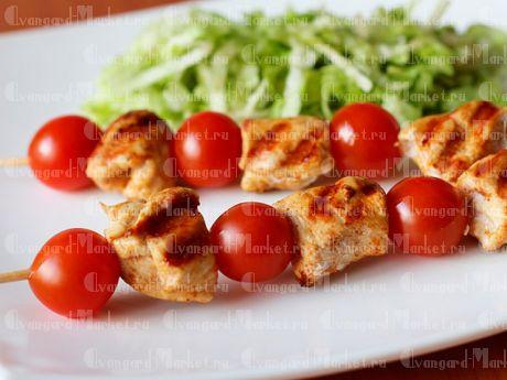Шашлычок из цыпленка с беконом и помидорами «Черри»