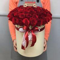 """51 роза Эквадор в шляпной коробке с топпером """"Маме"""""""