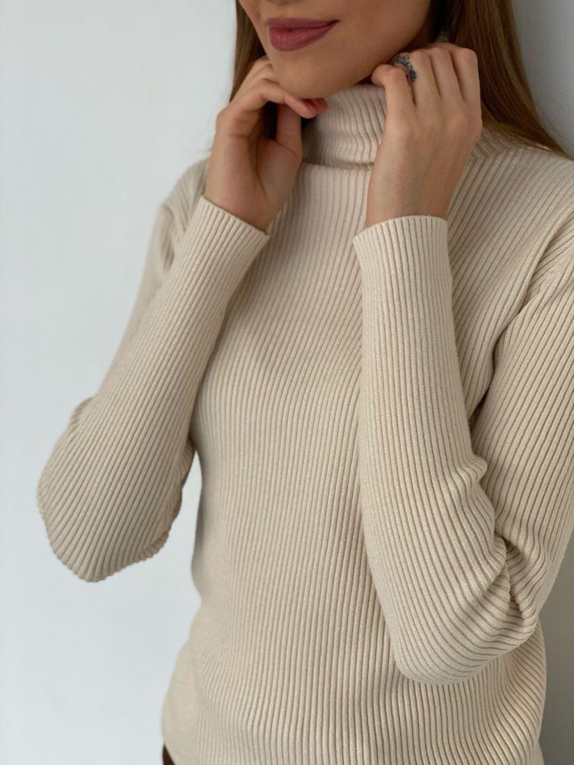 s3438 Тонкий свитер в тонкую резинку молочный