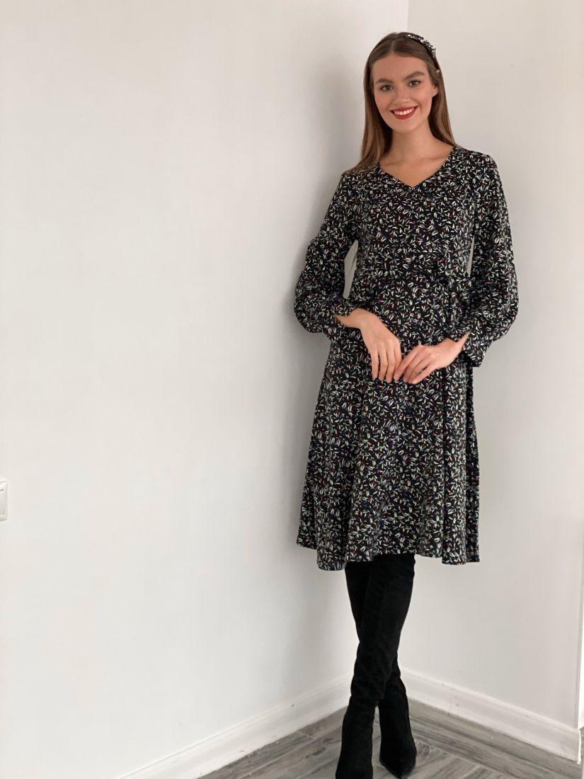 s3456 Платье с завышенной талией и рюшей чёрное с мелким принтом