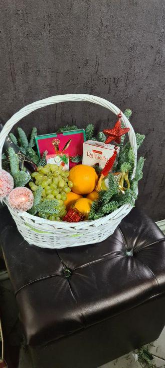 Новогодняя корзина фруктов и конфет