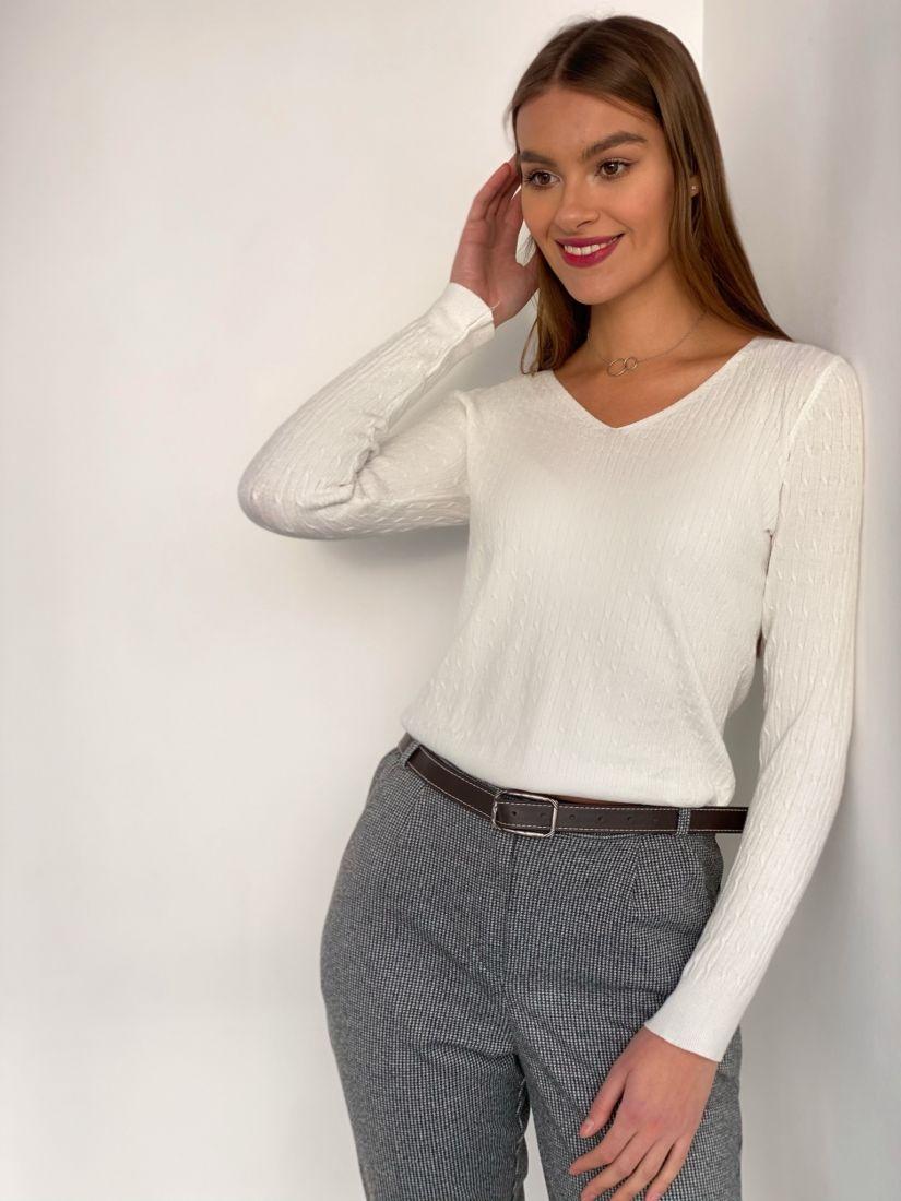s3512 Тонкий белый пуловер с жаккардовыми косичками