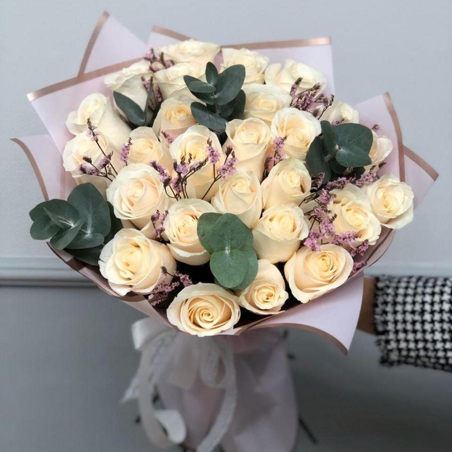 31 белая роза с эвкалиптом и лимониумом