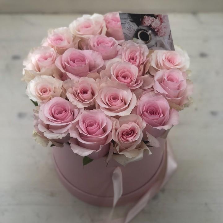 19 нежно-розовых роз в шляпной коробке