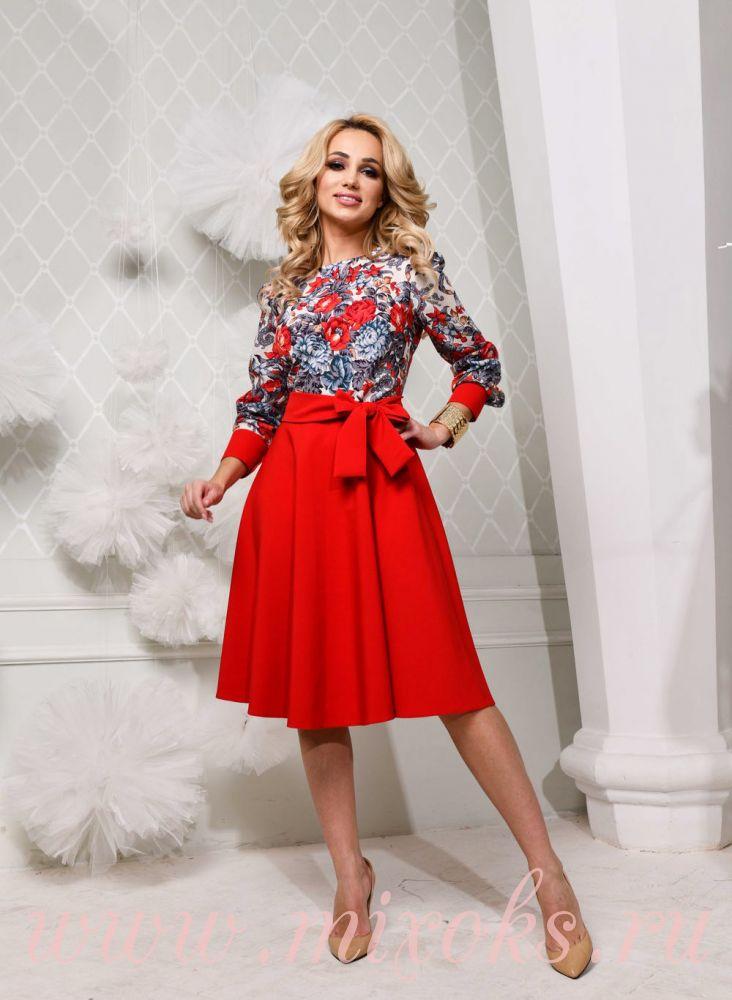 Красное платье из платка длиною миди