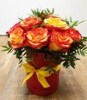 11 оранжевых роз в шляпной коробке с зеленью