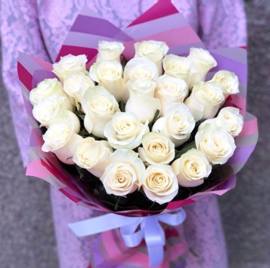 25 белых роз 50 см в красивой упаковке