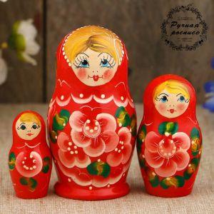 Матрёшка «Цветочки», красное платье, 3 кукольная, 9 см
