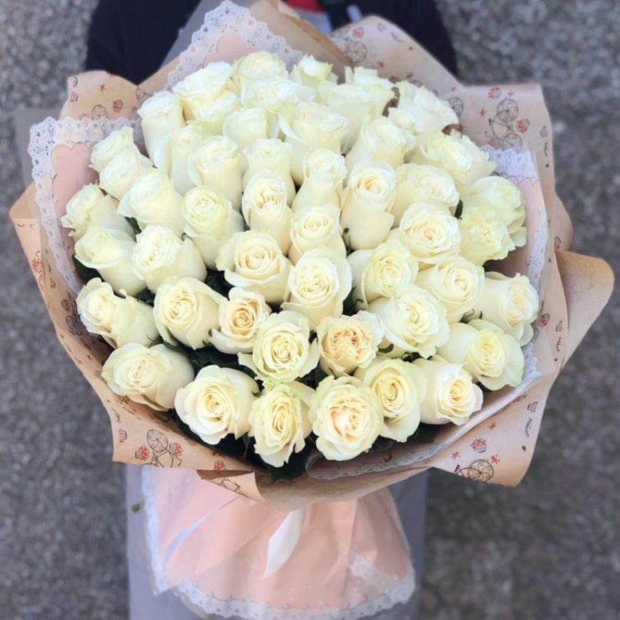 51 роза белая  в красивой упаковке