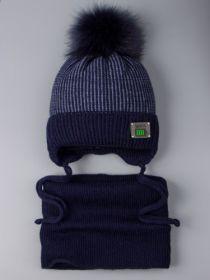 РБ 0022364  Шапка вязаная для мальчика с помпоном на завязках, нашивка 100% + снуд, темно-синий