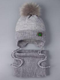 РБ 0022368 Шапка вязаная для мальчика с помпоном на завязках, нашивка 100% + снуд, серый
