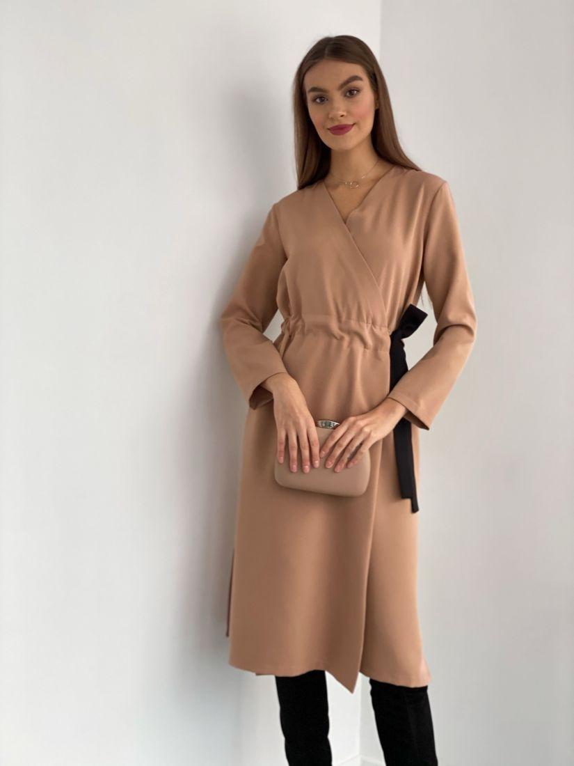 s3623 Платье с запахом и контрастным поясом бежевое