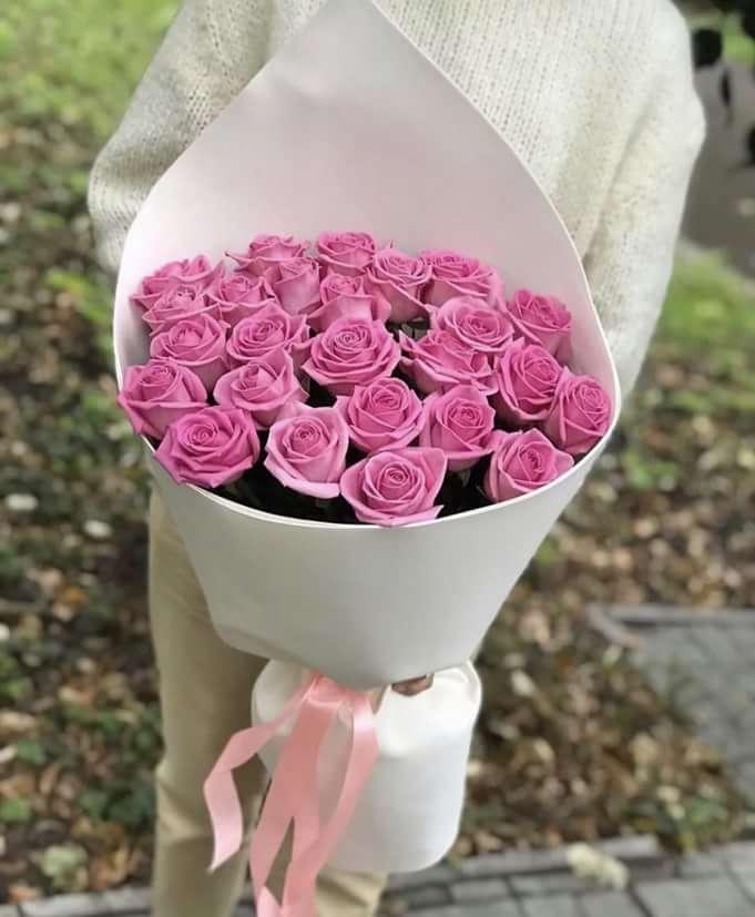 25 розовых роз в красивой упаковке