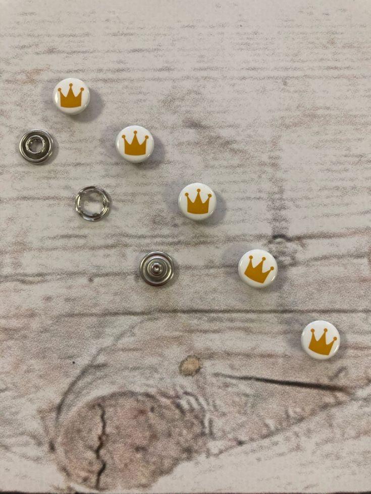 Кнопка рубашечная 9,5мм закрытая  с рисунком корона
