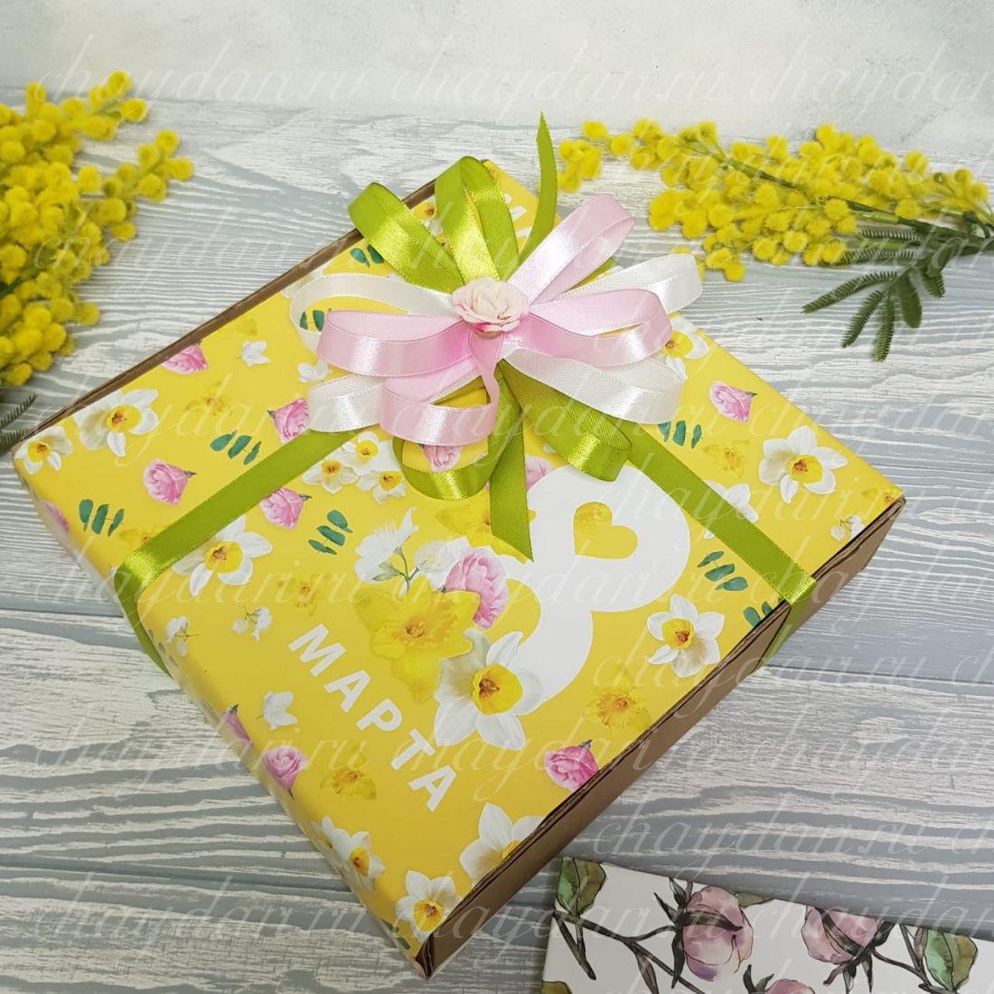 """Коробка с чаем и сладостями """"Нарциссы на женский праздник"""""""