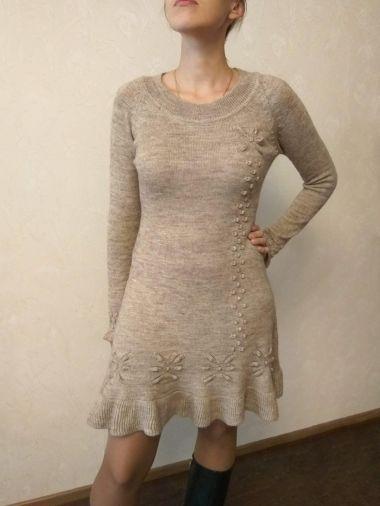 Вязаное платье бежевого цвета с длинным рукавом