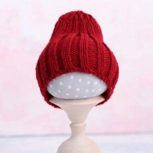 Вязаная шапочка-резинка для куклы - Красная